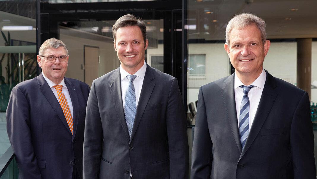 Über die juristische Fusion freuen sich der Vorstandsvorsitzende der Dortmunder Volksbank, Michael Martens (Mitte), sowie die nun ehemaligen Vorstände der Volksbank Kamen-Werne Ralf Schotte (links) und Jürgen Eilert (rechts). Foto: Jan Heinze