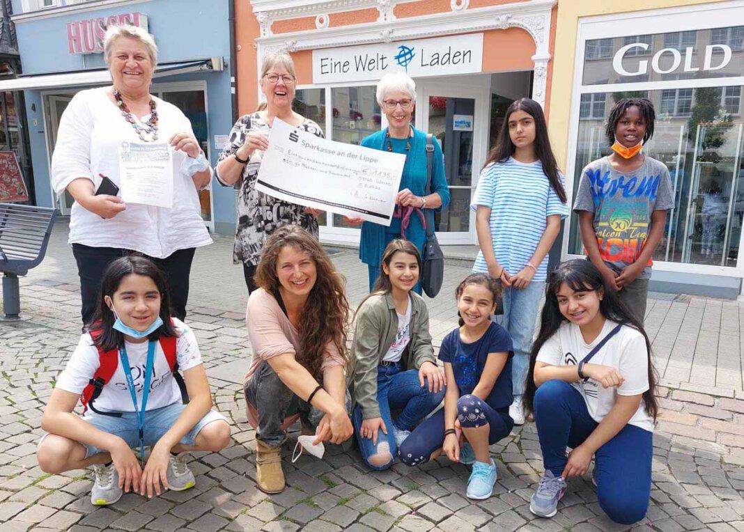 Stephanie Kaltenborn (2. von links) und Annegert Günther überreichten den Spendenscheck an Jugendpflegerin Dagmar Reuter (ganz links), Streetworkerin Katrin Schnieders (unten, 2. von links) und die Jugendgruppe. Foto: Wagner