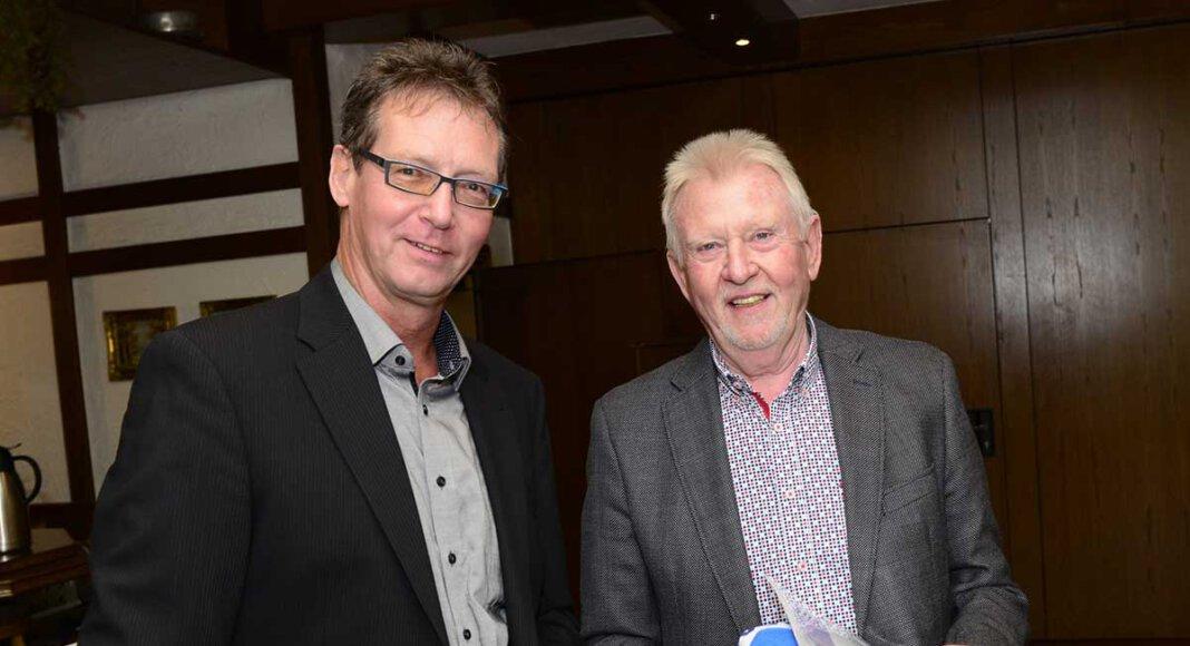 Seit 50 Jahren Vereinsmitglied ist WSC-Ehrenvorsitzender Manfred Prömel (r.). Oliver Grewe überreichte ihm Urkunde, Vereinsnadel und WSC-Badetuch. Foto: Stengl