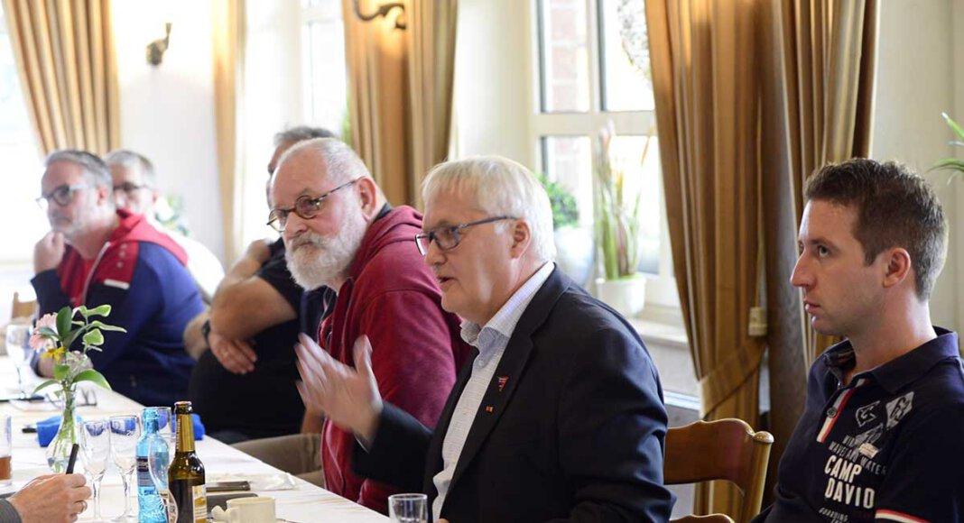 Heftig diskutiert wurde in der Jahreshauptversammlung über die katastrophalen Platz- und Trainingsbedingungen im Lindert. Es müssen kurzfristig Lösungen her, forderte WSC-Fußballvorstand Thomas Overmann (2.v.r.). Foto: Stengl