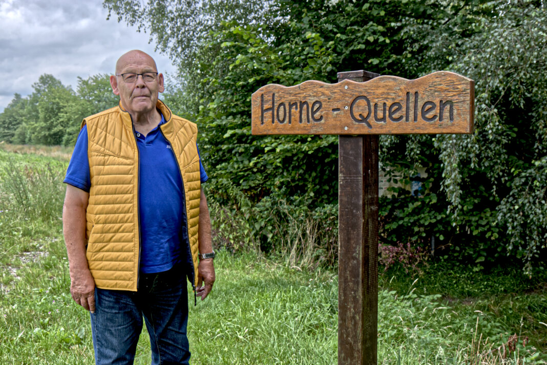 """Lambert Feldhaus kennt das """"Geheimnis"""" der Horne-Quellen und spricht sich für eine entsprechende Informationstafel an der Radwanderer-Raststelle bei Horn aus. Foto:"""