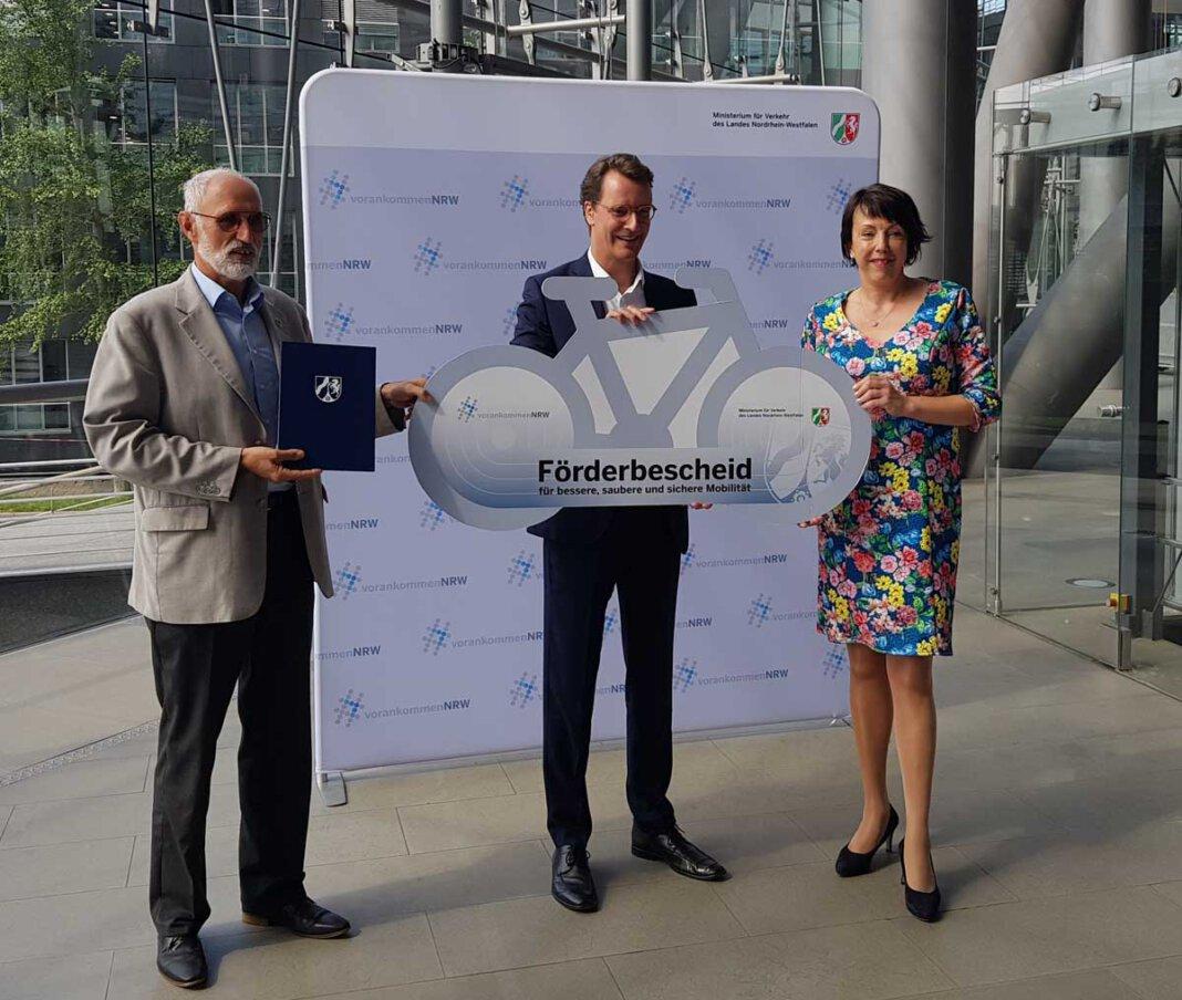 NRW-Verkehrsminister Hendrik Wüst überreichte den Förderbescheid an die Landtagsabgeordnete Susanne Schneider. Foto: Privat