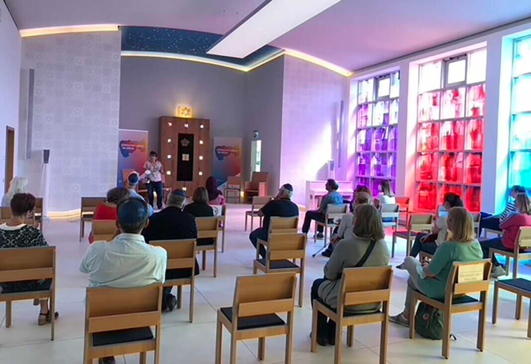 Zum Vortrag in der Synagoge kamen rund 30 Lehr- und Fachkräfte. Foto: KI