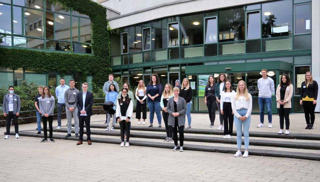 23 der neuen Auszubildenden (Bachelor-Studierende, Verwaltungsfachangestellte, Fachinformatiker und die Erzieherinnen und Erzieher) wurden am Dienstag offiziell im Rathaus begrüßt. Foto: Stadt Lünen