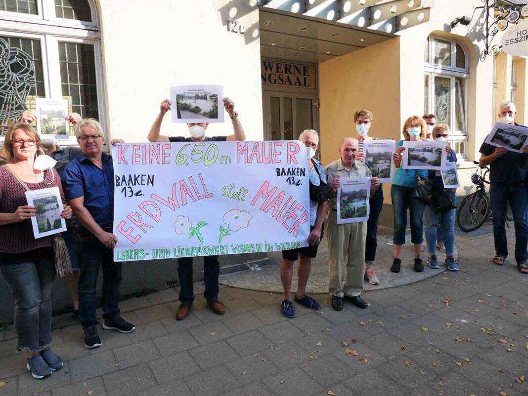 Vor der Sitzung des Ausschusses zeigten Anlieger aus dem Baaken Präsenz. Foto: Gaby Brüggemann