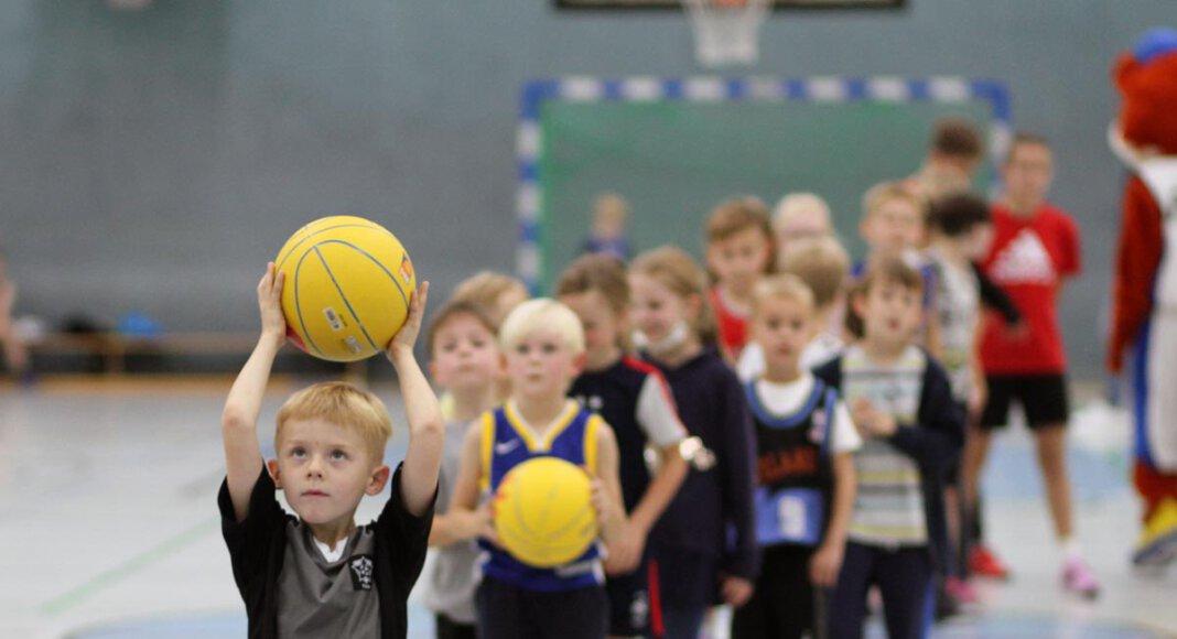 Zahlreiche Basketballkinder wagten bei der Saisoneröffnung der LippeBaskets ihre ersten Würfe und Dribblings. Foto: Wagner