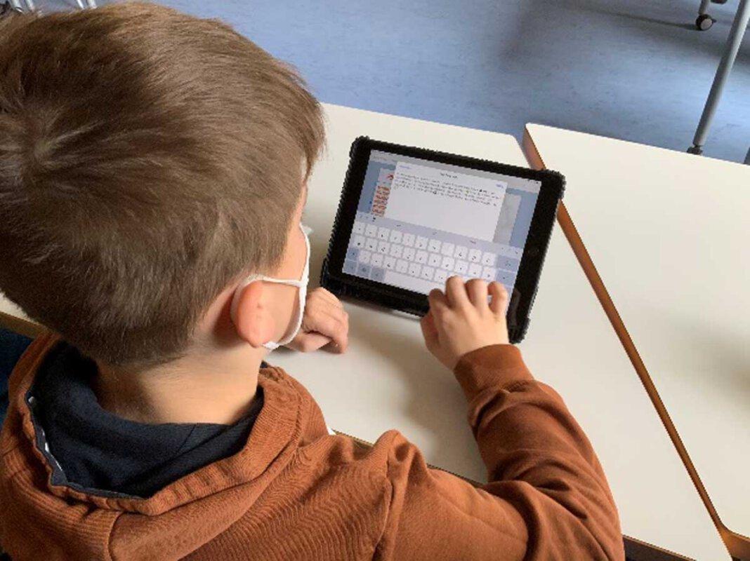Beim Leseförderungsprojekt mit Tablets erfuhren die Kinder, dass sie in ihre E-Books neben Texten auch Fotos, gemalte Bilder, Audiodateien wie etwa Bienensummen etc. und sogar Videos einfügen können. Foto: Selma Brand