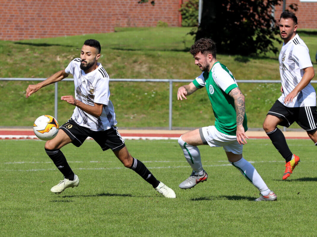 Ibrahim Saadouni (links) setzte sich mit der Eintracht 4:1 gegen Lohauserholz durch. Foto: Volkmer