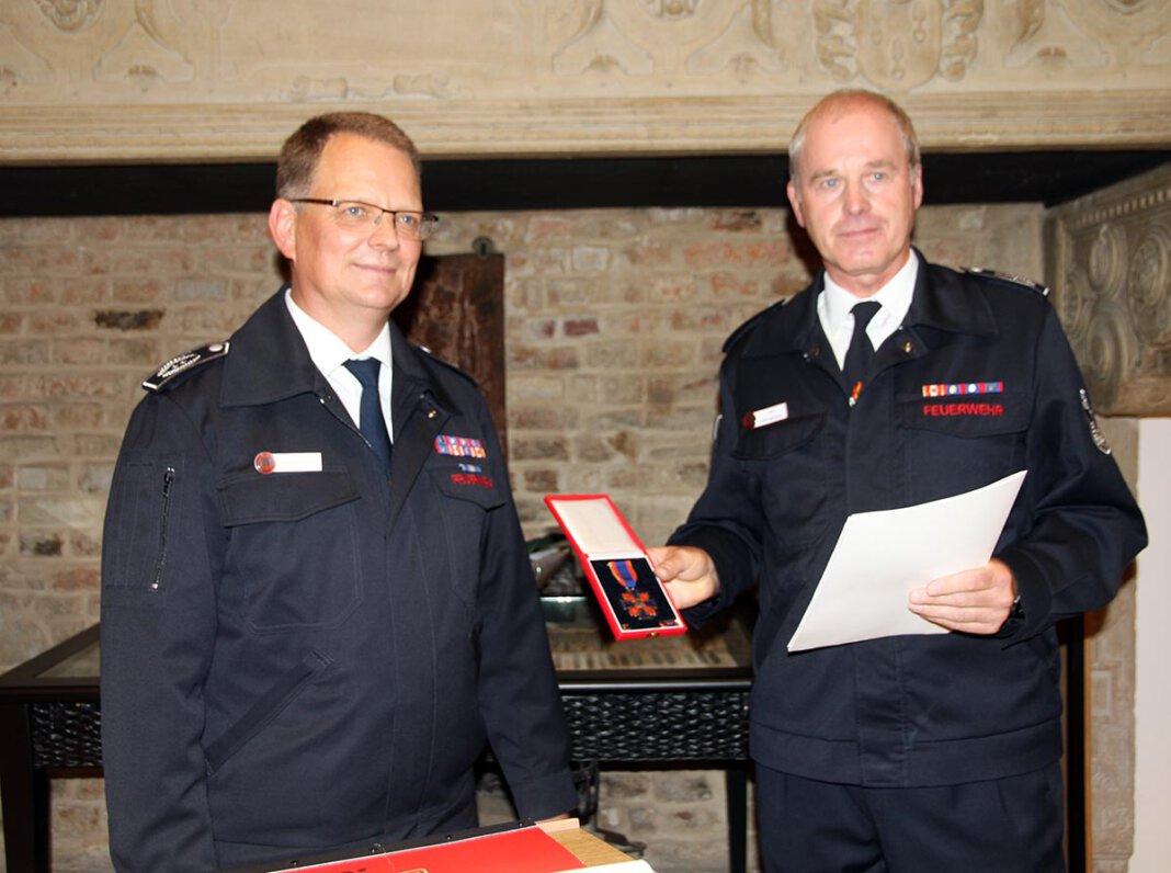 Wernes Feuerwehr-Chef Thomas Temmann zeichnete seinen Stellvertreter Jörg Mehringskötter (rechts) aus. Foto: Wagner