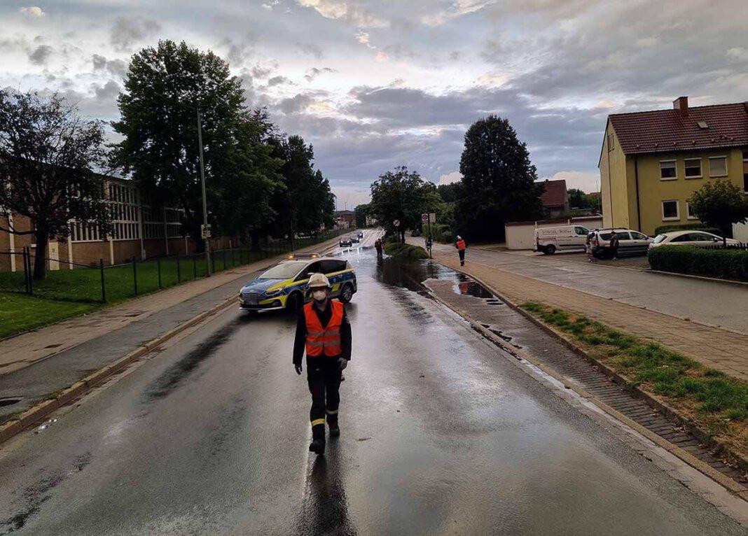 Die Stockumer Straße stand unter Wasser. Die Feuerwehr war am Freitagabend im Einsatz. Foto: Feuerwehr Werne