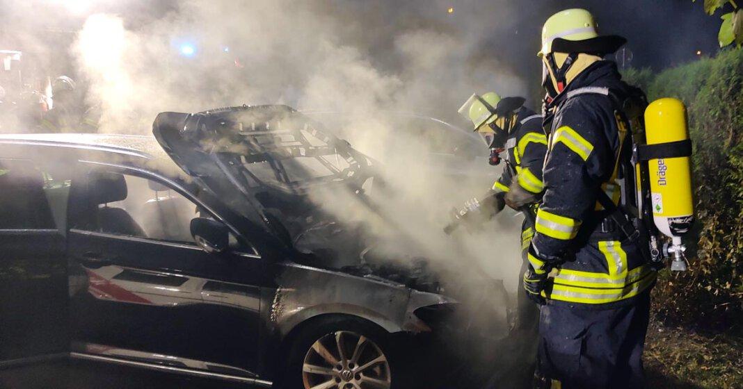 Der Vorderbereich eines Pkw stand an der Mühlenstraße in Stockum in Flammen. Der Löschzug 3 der Freiwilligen Feuerwehr Werne eilte am Dienstagabend zur Hilfe. Foto: Feuerwehr Werne