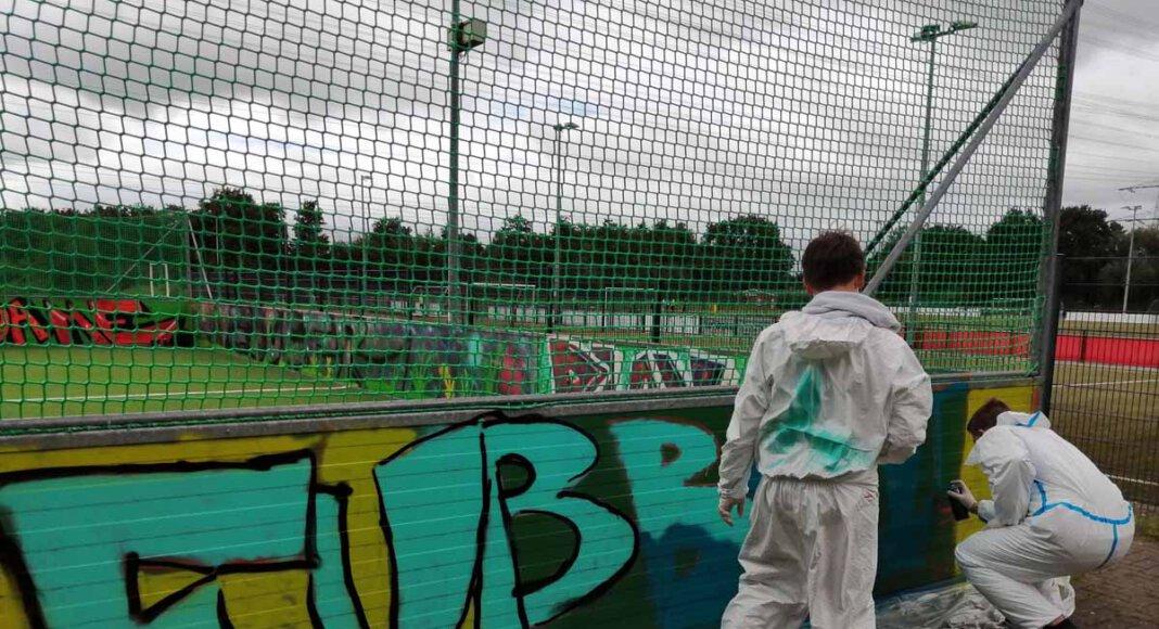 Die Jugendlichen besprühten die Banden am Borker Kleinspielfeld. Foto: Stadt Selm / M. Woesmann