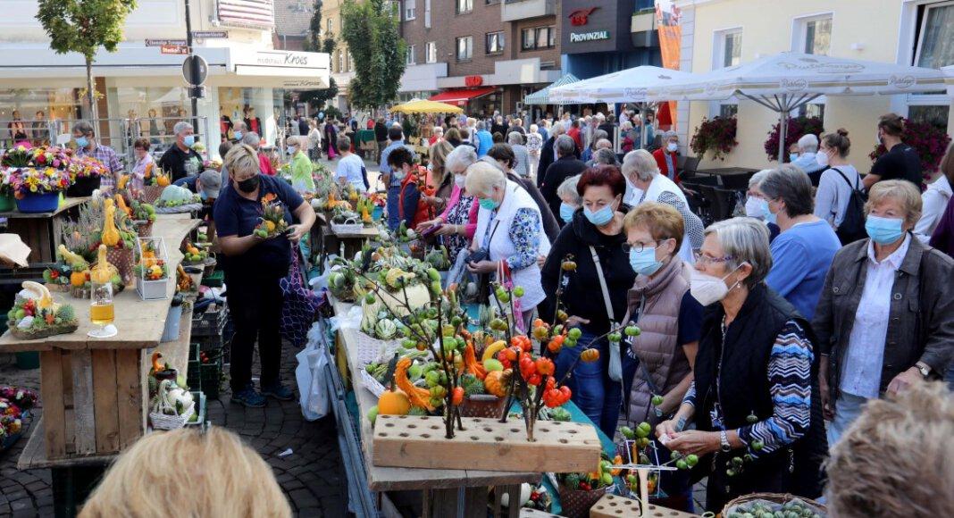 Reichliches Angebot, gut besuchte Stände und bestes Wetter - beim Bauern- und Handwerkermarkt stimmte am Samstag alles. Foto: Volkmer