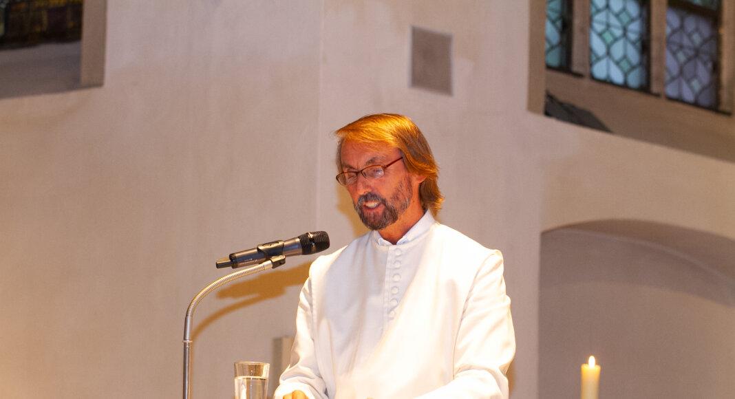 Pater Tobias Breer berichtete in einer Lesung über seine Erfahrungen als Marathonläufer und Spendensammler. Foto: Isabel Schütte