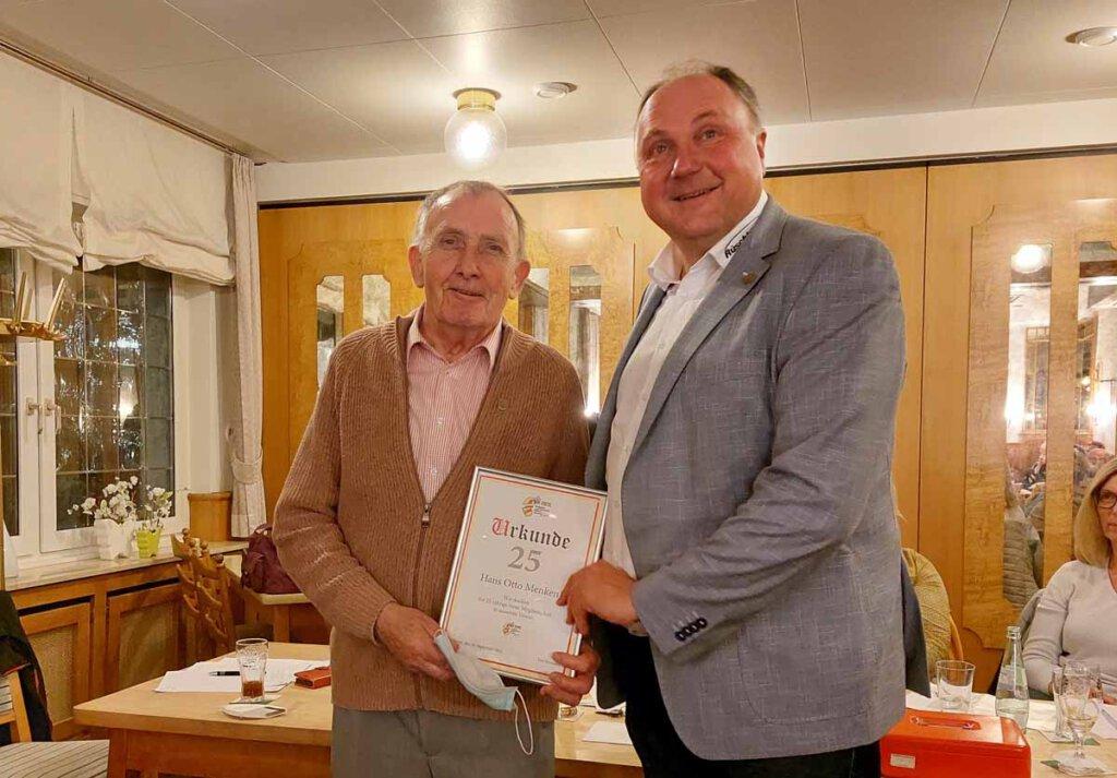 25 Jahre Treue zur IWK: Heinz-Otto Menke wurde von Präsident Michael Holtmann (rechts) geehrt. Foto: Wagner