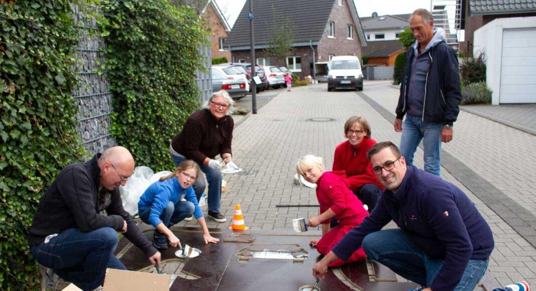 Gemeinsam werden in dieser Woche Pikogramme auf die Fahrbahn der Dr. Hövener Straße von der Initiative Lebendige Spielstraße gezeichnet. Foto: Isabel Schütte