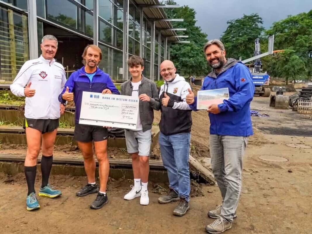 Der aus Werne stammende Marathon-Pater Tobias (2. von links) überreichte die Spende in Bad Neuenahr-Ahrweiler zugunsten eines Gymnasiums. Foto: Projekt Lebenswert