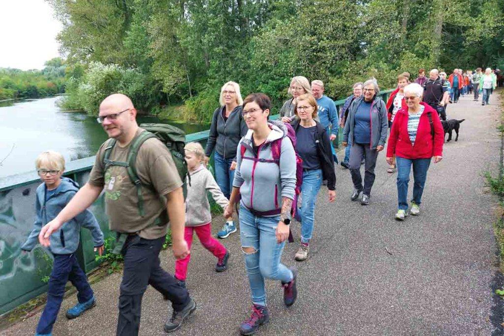 Am Fischerhof in Werne überquerten die Wanderer die Lippe und nahmen den Kanal ins Visier. Foto: Wagner