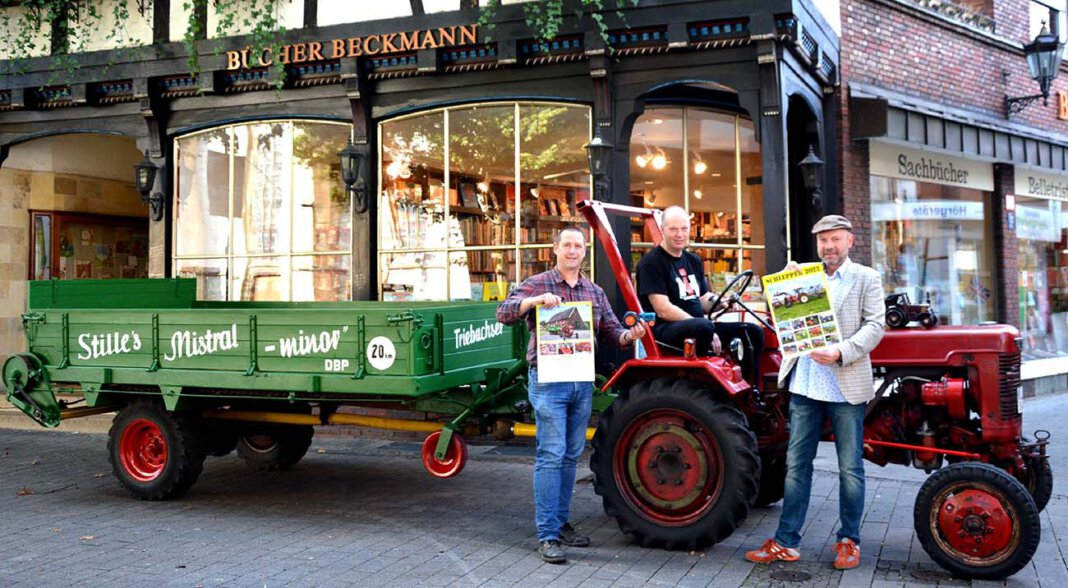 """Ein historisches Landmaschinen-Gespann, bestehend aus einem Traktor """"McCormick DLD 2"""", Baujahr 1954"""" und einem restaurierten Düngestreuer aus demselben Jahr. Anlaß dieser kleinen """"Oldie-Demo"""" war die Neuerscheinung des Jahreskalenders """"Schlepper 2022"""". Foto: Privat"""