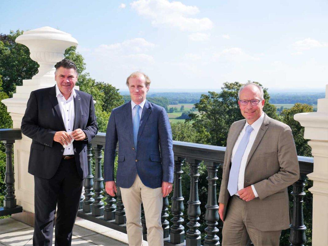 Landrat Mario Löhr (von links), Sebastian Graf von Kanitz und LWL-Direktor Matthias Löb auf dem Balkon von Schloss Cappenberg. Foto: Gaby Brüggemann