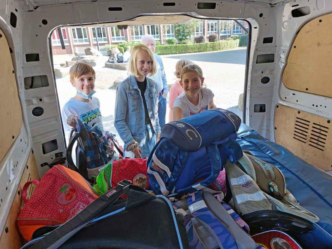 Die Mädchen und Jungen halfen auch beim Beladen des Transporters mit. Rund 50 Tornister machen sich im Oktober auf die Reise nach Bosnien. Foto: Wagner