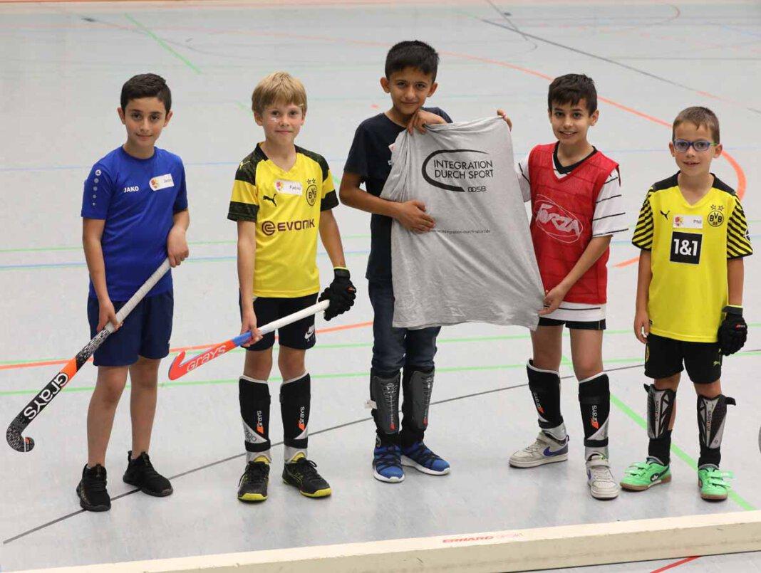 """Jwan (von links), Fabio, Zhayon, Gewan und Phil zeige es: Ohne das Programm """"Integration durch Sport"""" (IdS) hätte das Hockey-Camp nicht stattfinden können. Foto: Volkmer"""
