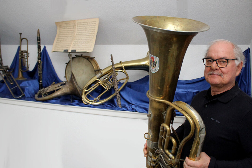 Hubert Schwartländer bewahrt alle Instrumente aus seiner Familie auf. In der Hand hält er seine zweite Tuba, die ihm über zwei Jahrzehnte die Treue gehalten hat. Foto: Isabel Schütte