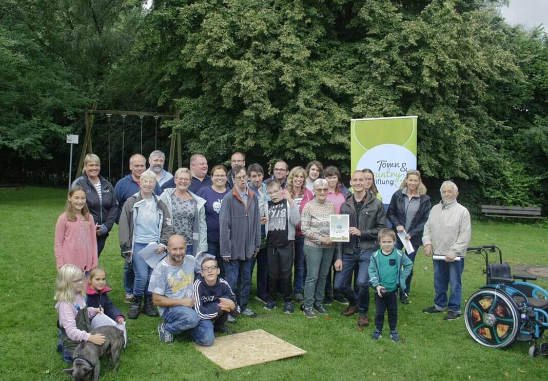 Sven Hoppe überreichte für die Town & Country Stiftung die Spendensumme während der Feierlichkeiten zum 40. Geburtstag des Vereins für Reittherapie. Foto: Hoppe