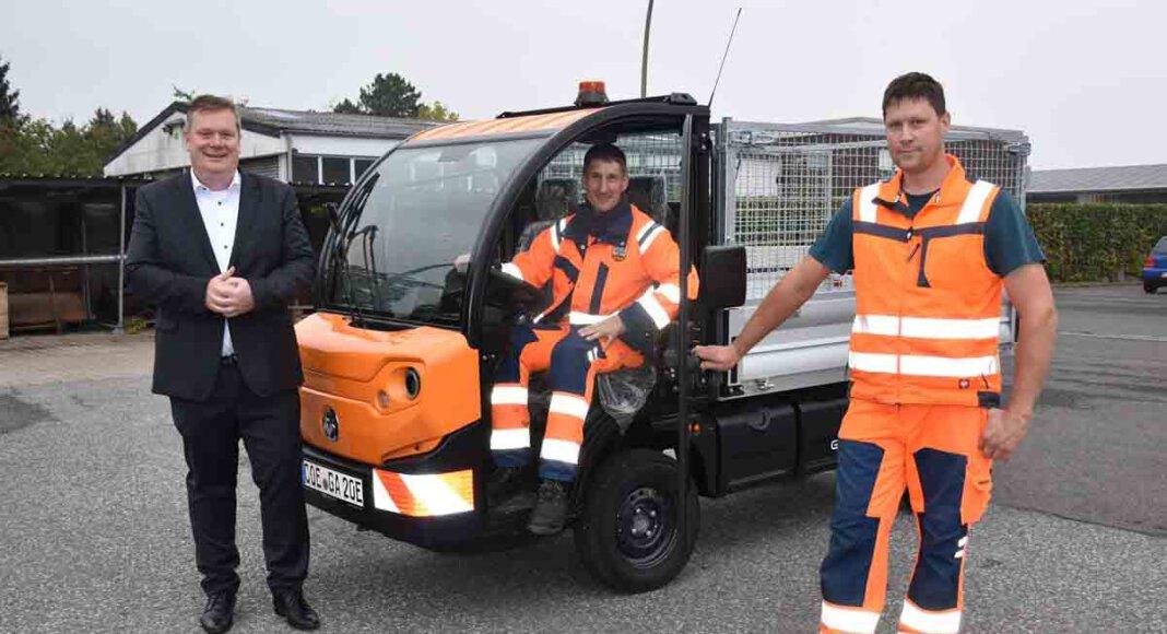 Bürgermeister Thomas Stohldreier übergab den Bauhofmitarbeitern Johannes Rave (m.) und Michael Holsen (r.) den neuen Elektrotransporter. Foto: Gemeinde Ascheberg