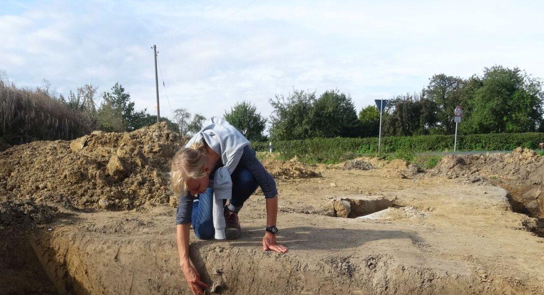 In dem Profil des großen Grabens am Rand der Nordfeldstraße steckt die große Randscherbe eines Kugeltopfs, die die Verfüllung in das Hochmittelalter (11-12. Jahrhundert) datiert. Foto: M. Baales/LWL