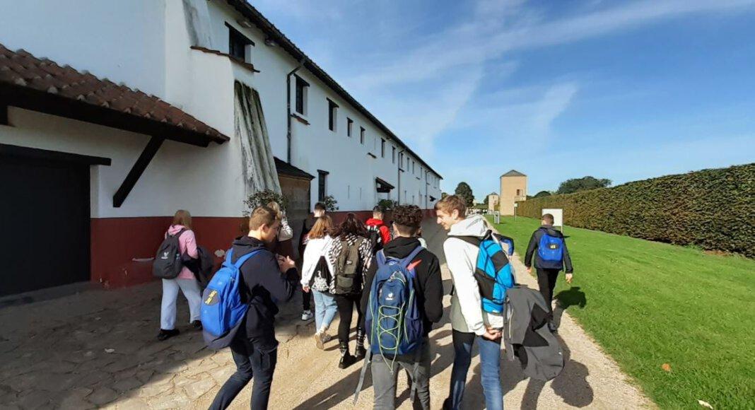 Auf dem Bild sind einige der Teilnehmenden beim Gang zwischen der rekonstruierten Wehranlage und den ebenfalls authentisch wieder aufgebauten Wohn- und Geschäftshäusern zu sehen. Foto: AFG