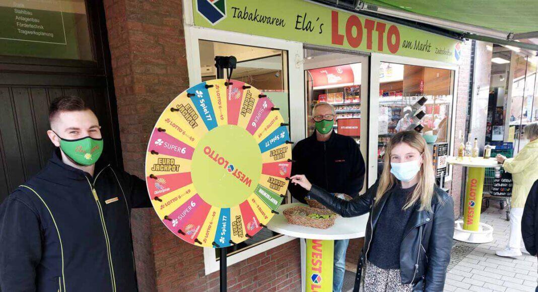 Am Glückrad heißt es, sich einen Lottoschein zu erdrehen. Cedric und Rainer Kattenbusch (rechts) haben sich viele Aktionen zum runden Geburtstag einfallen lassen. Foto: Wagner