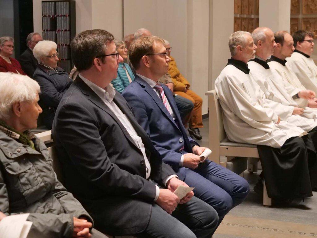 Auch Bürgermeister Lothar Christ (3. von links) und Peter Middelhove (2. von links), Leiter der Zentralrendantur, wohnten dem Festgottesdienst bei. Foto: Anke Barbara Schwarze