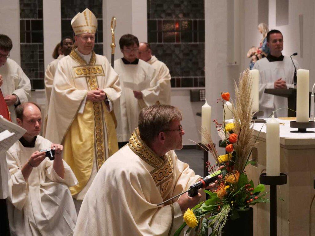 Die Reliquien der heiligen Innocentia und Prudentia werden in den Altar der St. Konrad-Kapelle eingemauert. Foto: Anke Barbara Schwarze