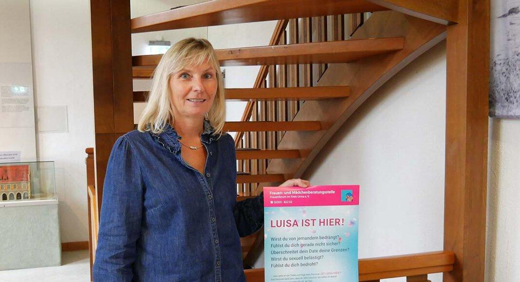 """""""Luisa"""" ist überall dort, wo diese Plakate hängen und bietet Mädchen und Frauen in bedrohlichen Situation schnellen und diskreten Schutz, weist die Gleichstellungsbeauftragte Monika Eichmanns auf die Aktion """"Luisa ist hier"""" hin. Foto: Gaby Brüggemann"""