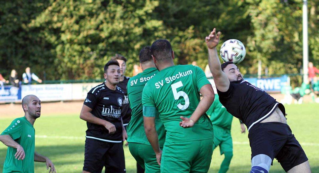 VfL Kamens Engin Duman (rechts) war von der Stockumer Abwehr kaum zu beherrschen und erzielte einen Hattrick. Foto: Wagner