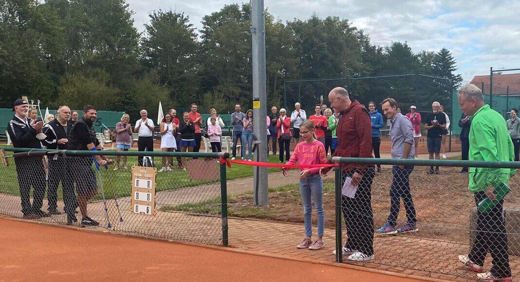 Die junge Tennisspielerin Lina Wagner eröffnete die vier neuen Ganzjahresplätze beim Werner TC. Foto: WTC